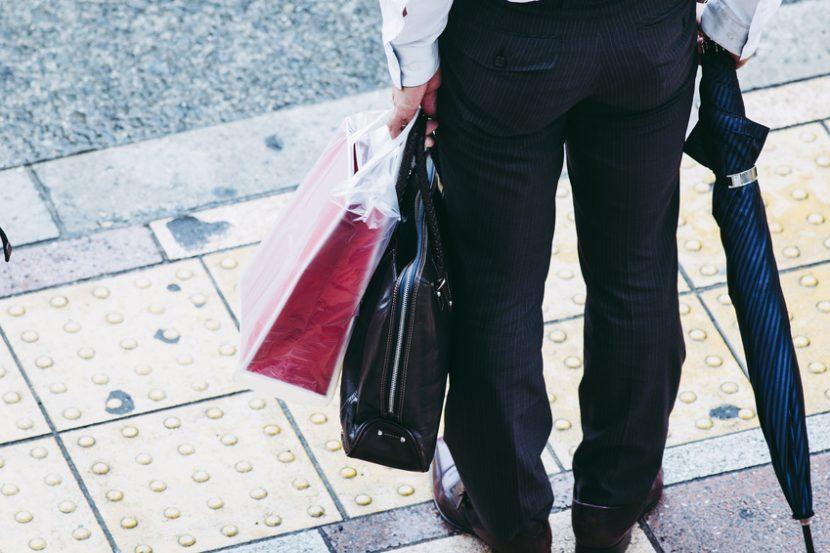 神戸のお土産を買って帰路につく男性