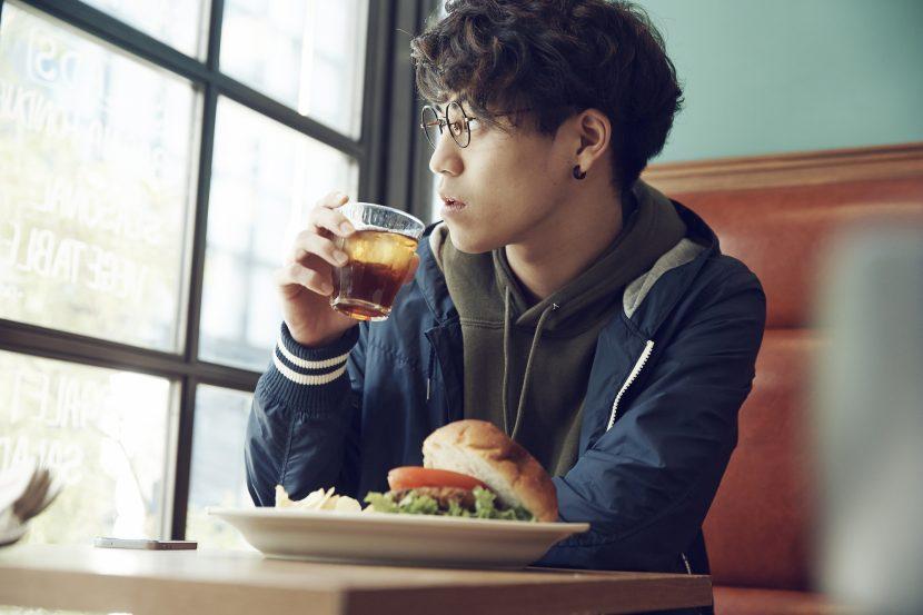 自炊しないで、外食に逃げている男子学生